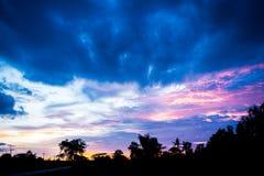 Σκιαγραφία του δραματικού ουρανού ηλιοβασιλέματος και ανατολής Στοκ εικόνα με δικαίωμα ελεύθερης χρήσης
