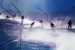 Σκιαγραφία του σκιέρ στη διαδρομή βουνών πέρα από τον ήλιο Στοκ Εικόνες