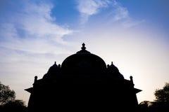 Σκιαγραφία του τάφου Isa Khan στον τάφο Humayun σύνθετο στο Δελχί, Ινδία με τον καταπληκτικό ουρανό στοκ εικόνες