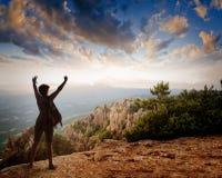 Σκιαγραφία του τουρίστα και ενός όμορφου τοπίου στοκ φωτογραφία