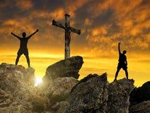 Σκιαγραφία του τουρίστα δύο στην κορυφή Στοκ Εικόνες