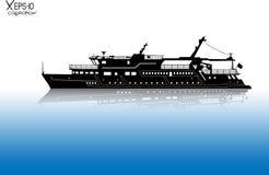 Σκιαγραφία του τουριστικού σκάφους αναψυχής που πλέει με τον ποταμό με την αντανάκλαση στο νερό Στοκ Φωτογραφίες