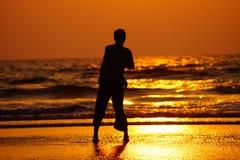 Σκιαγραφία του τύπου στο ηλιοβασίλεμα Στοκ φωτογραφία με δικαίωμα ελεύθερης χρήσης