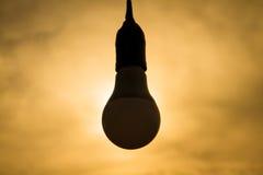 Σκιαγραφία του φωτισμού βολβών Εννοιολογική εικόνα, λαμπρή ιδέα, sunse Στοκ φωτογραφία με δικαίωμα ελεύθερης χρήσης