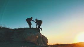 Σκιαγραφία του χεριού βοηθείας μεταξύ του ορειβάτη δύο δύο οδοιπόροι πάνω από το βουνό, ένα άτομο βοηθούν ένα άτομο για να αναρρι απόθεμα βίντεο