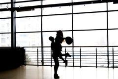 σκιαγραφία του χορεύοντας ζεύγους σε ένα υπόβαθρο παραθύρων κράτημα χεριών αγάπη, ομολογία, προσφορά Στοκ Εικόνες