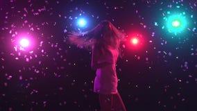 Σκιαγραφία του χορεύοντας κοριτσιού με τα φω'τα ύφους disco κίνηση αργή απόθεμα βίντεο
