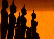 Σκιαγραφία του χύνοντας νερού του Βούδα στο άγαλμα του Βούδα σε Songkran Στοκ φωτογραφία με δικαίωμα ελεύθερης χρήσης
