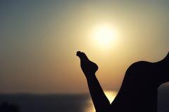 Σκιαγραφία του nude κοριτσιού στο υπόβαθρο ηλιοβασιλέματος Στοκ φωτογραφίες με δικαίωμα ελεύθερης χρήσης