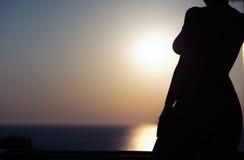 Σκιαγραφία του nude κοριτσιού στο υπόβαθρο ηλιοβασιλέματος Στοκ εικόνες με δικαίωμα ελεύθερης χρήσης