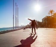 Σκιαγραφία του skateboarder στην πόλη Στοκ εικόνα με δικαίωμα ελεύθερης χρήσης