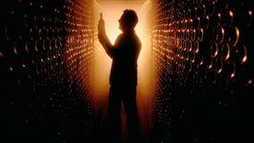 Σκιαγραφία του winemaker στο κελάρι κρασιού απόθεμα βίντεο