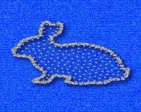Σκιαγραφία των λαγών με τα διαμάντια Rhinestones στην μπλε σύσταση βαμβακιού Στοκ Εικόνες