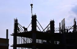 Σκιαγραφία των ανθρώπων που λειτουργούν και της οικοδόμησης κτηρίου Στοκ εικόνα με δικαίωμα ελεύθερης χρήσης