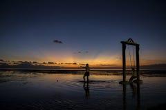 Σκιαγραφία των ανθρώπων που παίζουν την ταλάντευση στοκ φωτογραφία με δικαίωμα ελεύθερης χρήσης