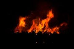 Σκιαγραφία των ανθρώπων που προσέχουν την πυρκαγιά Στοκ εικόνα με δικαίωμα ελεύθερης χρήσης
