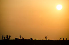 Σκιαγραφία των ανθρώπων στο ηλιοβασίλεμα Στοκ φωτογραφία με δικαίωμα ελεύθερης χρήσης