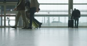 Σκιαγραφία των ανθρώπων στο τερματικό αερολιμένων που περπατά με τις αποσκευές απόθεμα βίντεο