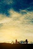σκιαγραφία των ανθρώπων στο χρόνο ηλιοβασιλέματος Στοκ φωτογραφίες με δικαίωμα ελεύθερης χρήσης