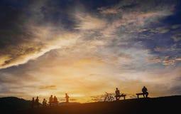 σκιαγραφία των ανθρώπων στο χρόνο ηλιοβασιλέματος Στοκ φωτογραφία με δικαίωμα ελεύθερης χρήσης