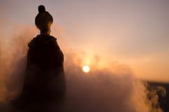 Σκιαγραφία των αραβικών στάσεων ατόμων μόνο στην έρημο και προσοχή του ηλιοβασιλέματος με τα σύννεφα της ομίχλης Ανατολικό παραμύ Στοκ φωτογραφία με δικαίωμα ελεύθερης χρήσης
