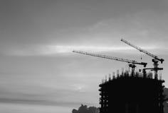 Σκιαγραφία των βιομηχανικών γερανών Στοκ εικόνα με δικαίωμα ελεύθερης χρήσης