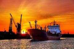 Σκιαγραφία των γερανών θαλασσίων λιμένων πέρα από το ηλιοβασίλεμα Στοκ φωτογραφία με δικαίωμα ελεύθερης χρήσης