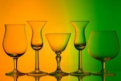 Σκιαγραφία των γυαλιών κρασιού στο πορτοκαλί και πράσινο υπόβαθρο Στοκ φωτογραφία με δικαίωμα ελεύθερης χρήσης