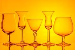 Σκιαγραφία των γυαλιών κρασιού στο πορτοκαλί υπόβαθρο Στοκ φωτογραφία με δικαίωμα ελεύθερης χρήσης