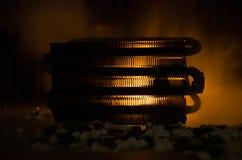 Σκιαγραφία των εγκαταστάσεων παραγωγής ενέργειας έννοια βιομηχανική Βιομηχανική πυρκαγιά από τους σωλήνες τη νύχτα διακόσμηση Στοκ Φωτογραφίες