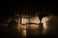 Σκιαγραφία των εγκαταστάσεων παραγωγής ενέργειας έννοια βιομηχανική Βιομηχανική πυρκαγιά από τους σωλήνες τη νύχτα διακόσμηση Στοκ φωτογραφία με δικαίωμα ελεύθερης χρήσης