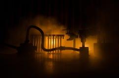 Σκιαγραφία των εγκαταστάσεων παραγωγής ενέργειας έννοια βιομηχανική Βιομηχανική πυρκαγιά από τους σωλήνες τη νύχτα διακόσμηση Στοκ εικόνες με δικαίωμα ελεύθερης χρήσης