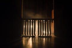 Σκιαγραφία των εγκαταστάσεων παραγωγής ενέργειας έννοια βιομηχανική Βιομηχανική πυρκαγιά από τους σωλήνες τη νύχτα διακόσμηση Στοκ Φωτογραφία