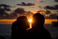Σκιαγραφία των εραστών στο ηλιοβασίλεμα στα πλαίσια της θάλασσας Στοκ φωτογραφίες με δικαίωμα ελεύθερης χρήσης