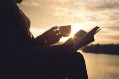 Σκιαγραφία των ευτυχών ηλικιωμένων γυναικών που διαβάζουν ένα βιβλίο Στοκ φωτογραφία με δικαίωμα ελεύθερης χρήσης