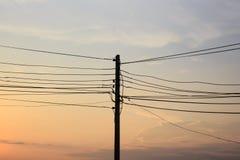 Σκιαγραφία των ηλεκτρικών ηλεκτροφόρων καλωδίων πόλων Στοκ εικόνες με δικαίωμα ελεύθερης χρήσης