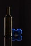 Σκιαγραφία των κομψών μπουκαλιών κρασιού και της διακόσμησης Χριστουγέννων Στοκ Εικόνα