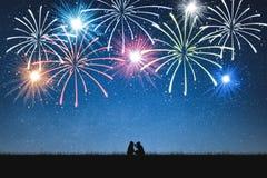 Σκιαγραφία των κοριτσιών selfie στο βουνό και το νυχτερινό ουρανό με τα πυροτεχνήματα στοκ εικόνες