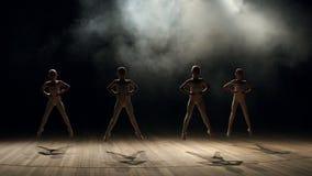 Σκιαγραφία των παιδιών που χορεύουν στη σκηνή στο σκοτάδι φιλμ μικρού μήκους