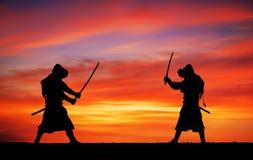 Σκιαγραφία των Σαμουράι στη μονομαχία Εικόνα με δύο Σαμουράι Στοκ Εικόνες