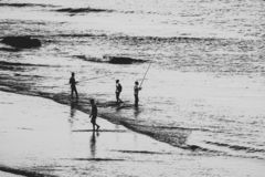 Σκιαγραφία των ψαράδων στον ωκεανό στοκ φωτογραφία με δικαίωμα ελεύθερης χρήσης