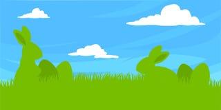 Σκιαγραφία φύσης λαγουδάκι Πάσχας που τίθεται με τα αυγά στη φρέσκους πράσινους χλόη και το μπλε ουρανό Στοκ Φωτογραφία