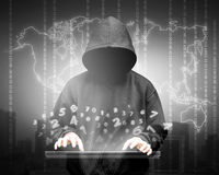 Σκιαγραφία χάκερ υπολογιστών του με κουκούλα ατόμου Στοκ εικόνες με δικαίωμα ελεύθερης χρήσης