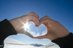 Σκιαγραφία χεριών μορφής καρδιών αγάπης Στοκ Φωτογραφίες