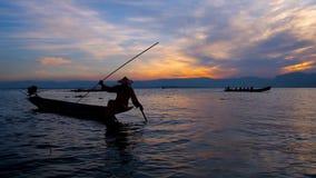 Σκιαγραφία ψαράδων ` s, λίμνη Inle, το Μιανμάρ απόθεμα βίντεο
