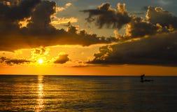 Σκιαγραφία ψαράδων που αλιεύει στο ηλιοβασίλεμα Στοκ εικόνα με δικαίωμα ελεύθερης χρήσης