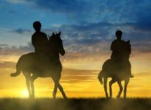 Σκιαγραφία δύο αναβάτες στο άλογο Στοκ φωτογραφία με δικαίωμα ελεύθερης χρήσης