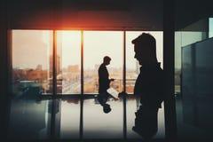 Σκιαγραφία δύο επιχειρηματιών στο εσωτερικό γραφείων Στοκ Εικόνα