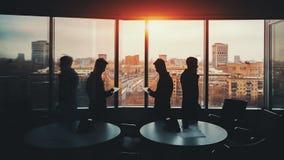 Σκιαγραφία δύο επιχειρηματιών στο εσωτερικό γραφείων Στοκ Εικόνες