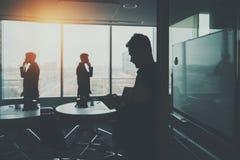 Σκιαγραφία δύο επιχειρηματιών στο εσωτερικό γραφείων Στοκ φωτογραφία με δικαίωμα ελεύθερης χρήσης